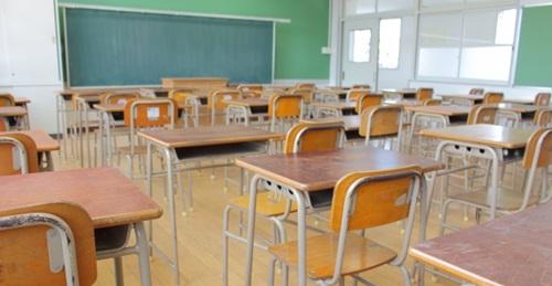 無人の学校の教室