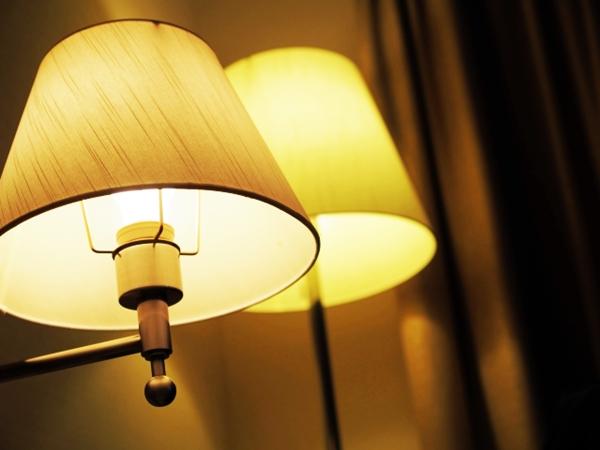寝室の暖色系の間接照明2つ