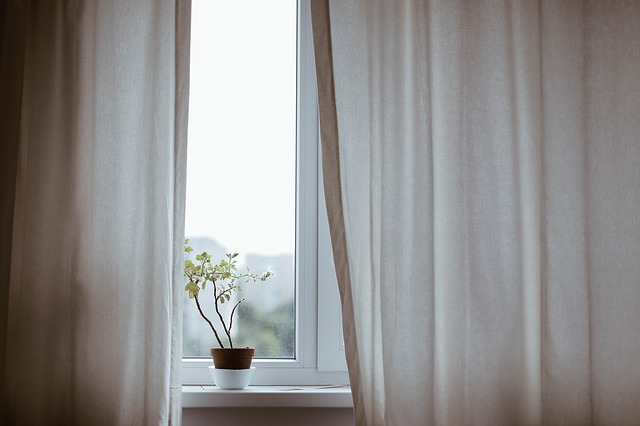 窓のカーテンが少し開いた状態