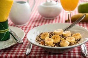 バナナが入った朝食のグラノーラ