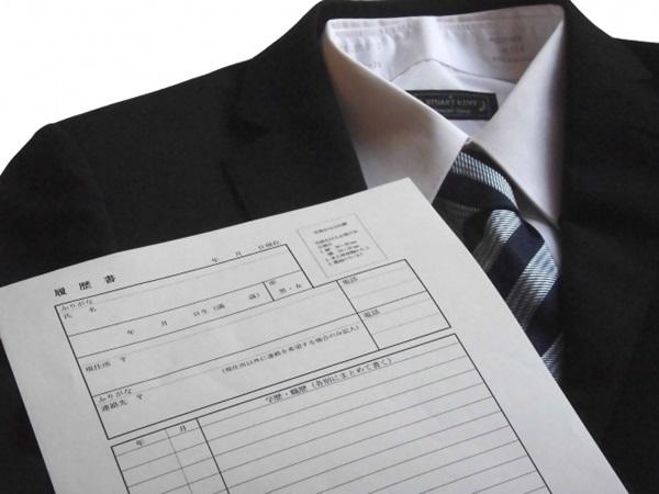 男性用のリクルートスーツと履歴書