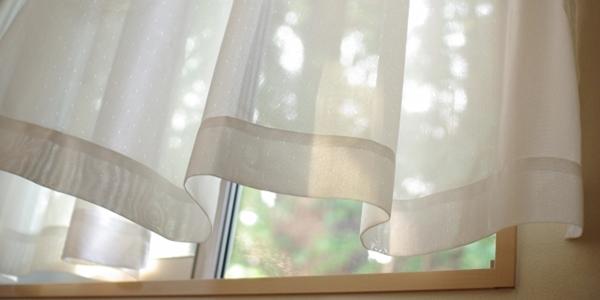 風でゆれる窓のカーテン