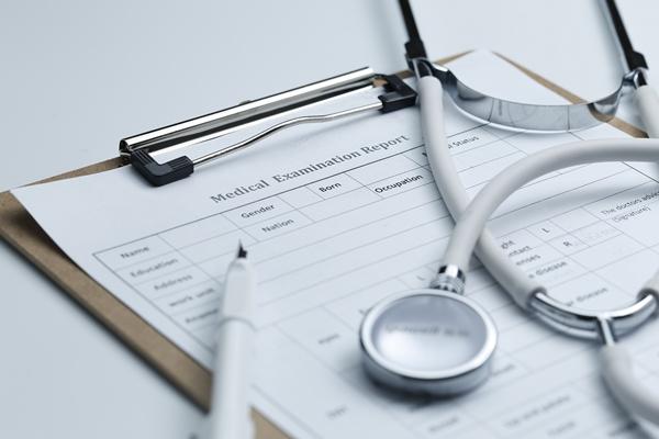 問診票と聴診器と筆記用具