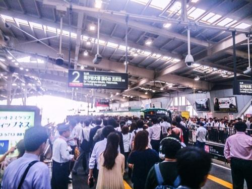 混雑する駅の改札