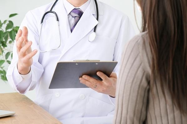 問診をする医師と女性患者