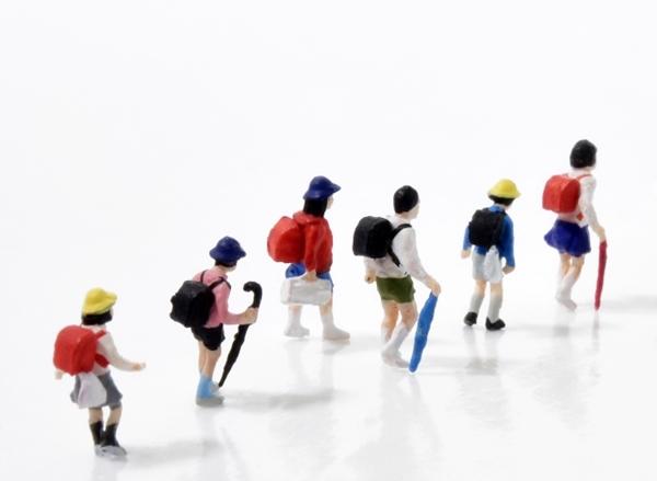 集団下校する小学生