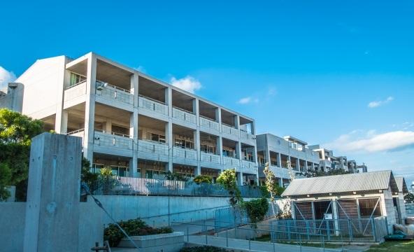 大きな学校校舎と青空