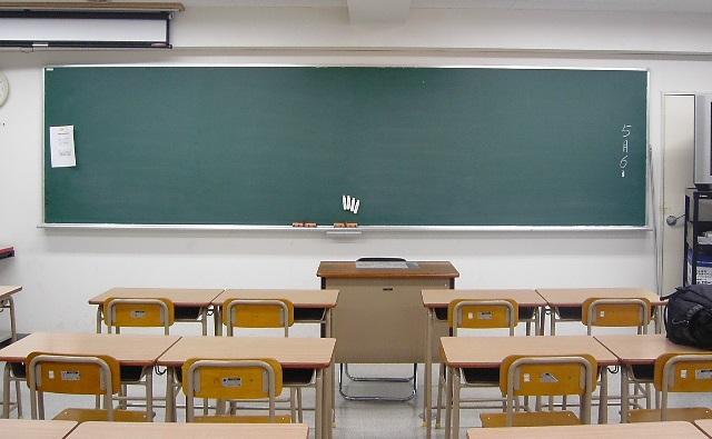 夜間の教室と黒板