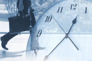 通学する人と時計
