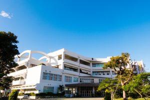 高校の校舎と青い空